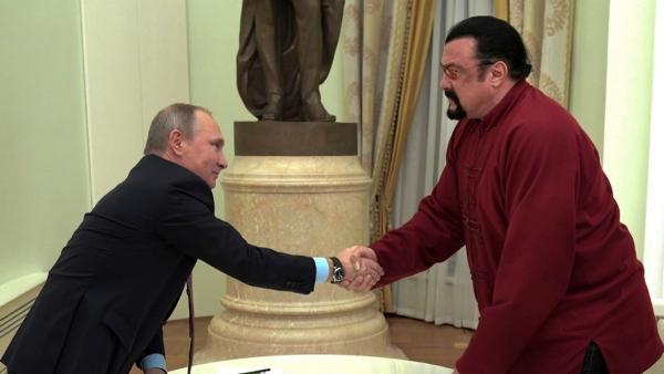 Vladímir Putin entrega el pasaporte de Rusia al actor StevenSeagal