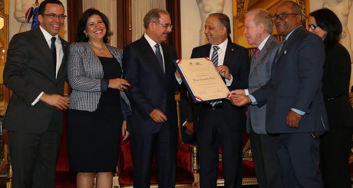Huchi Lora recibe Premio Nacional de Periodismo2016