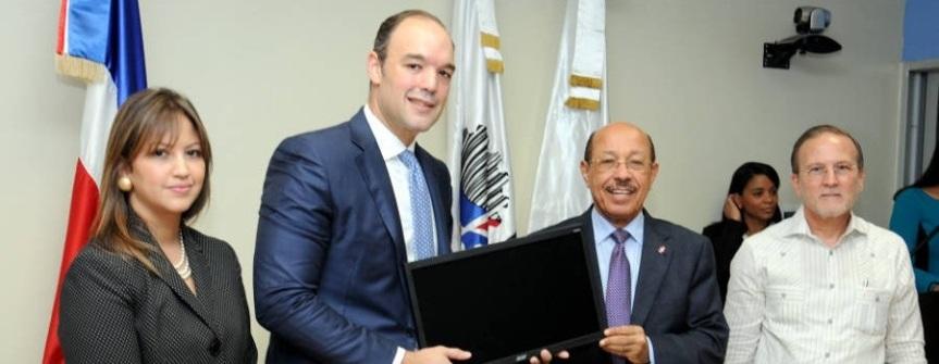 Industria y Comercio y el Indotel dotarán de tecnología a 1,500 pequeñasempresas