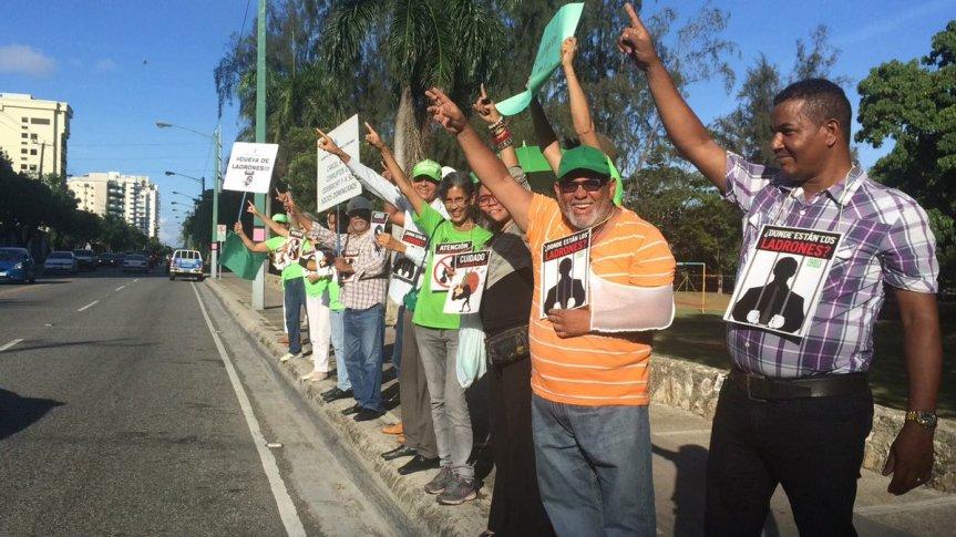 """Protestan frente a la torre donde viven Rondón y Díaz Rúa, la llaman """"cueva deladrones"""""""
