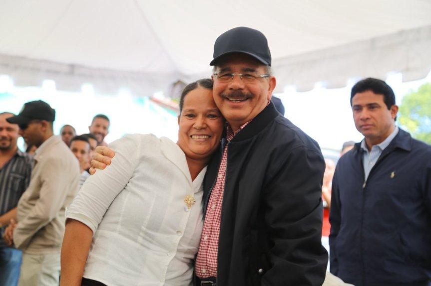 Danilo Medina en su visita sorpresa beneficia a productores de tocino deHigüey