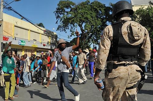 Haití en crisis: Siete extranjeros y un haitiano, portando armas automáticas, sondetenidos
