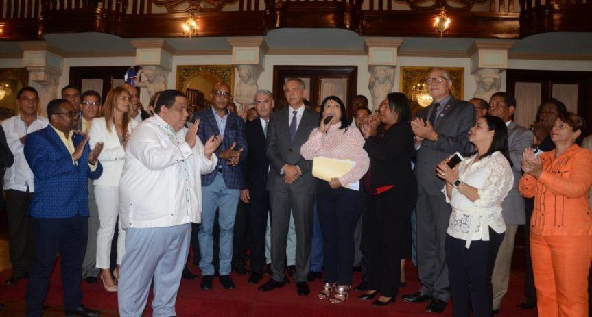 Alcaldes van al Palacio en apoyo a DaniloMedina