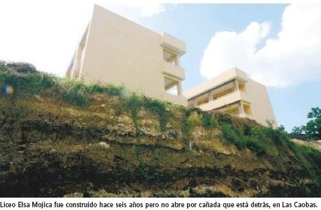 Liceo Elsa Mojica en Las Caobas lleva 6 años cerrado por hedor decañada