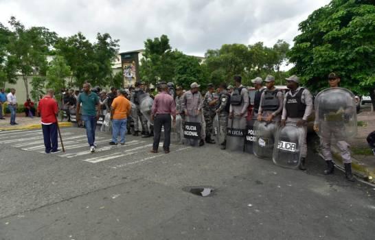 Protesta entre empleados de la UASD y policías deja tresheridos