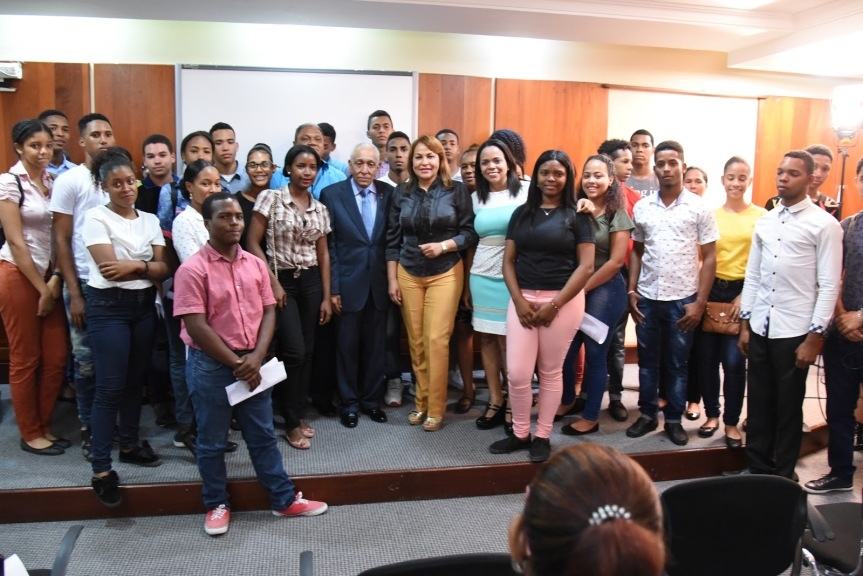 Oficina Legislativa de la Diputada Ana María Peña educa a la población sobre la historia del HimnoNacional