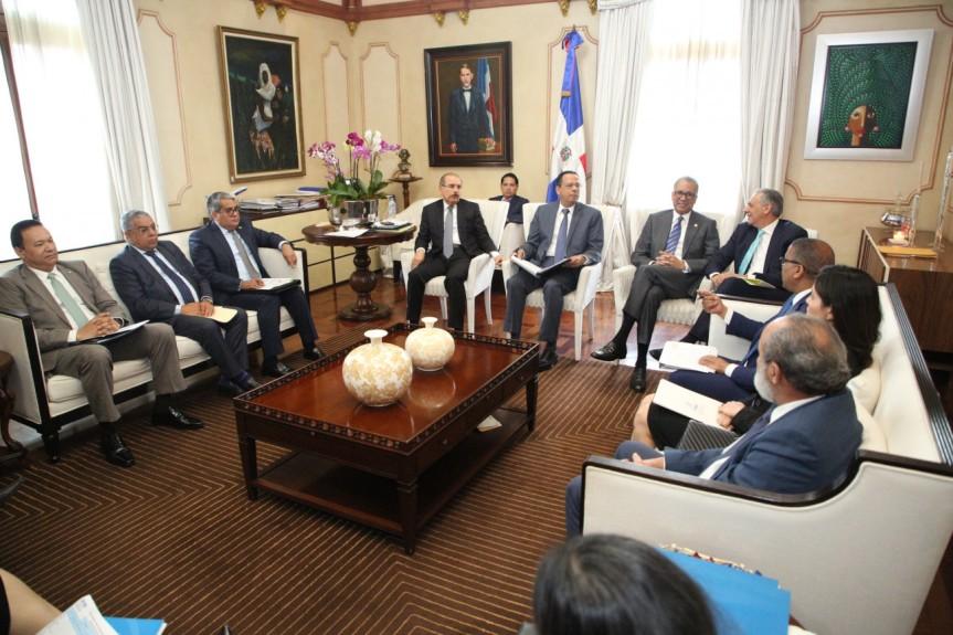 Presidente Danilo Medina recibe informe sobre construcción de escuelas, liceos y estanciasinfantiles
