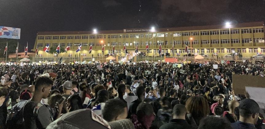 Protestas por suspensión elecciones se han convertido enmultitudinarias