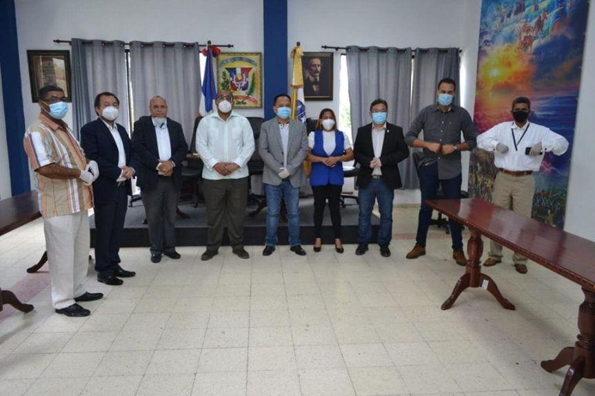 Hoy el Alcalde de SDO, José Andújar, recibió la donación de 300 raciones dealimentos.