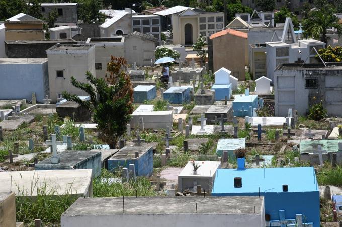 Rinden tributo a las madres en los cementerios de la Capital; pocos vendedores deflores