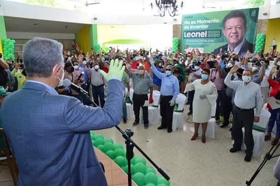 Leonel Fernández agota agenda en SDO; juramenta 450 dirigentes políticos en laFP