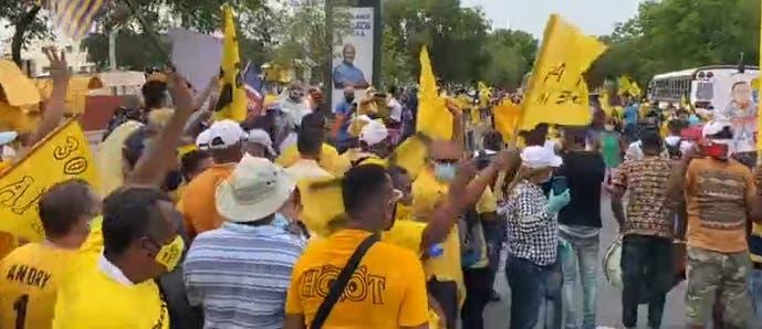 Pedro Botello encabeza marcha hacia el Palacio Nacional en reclamo 30 %AFP