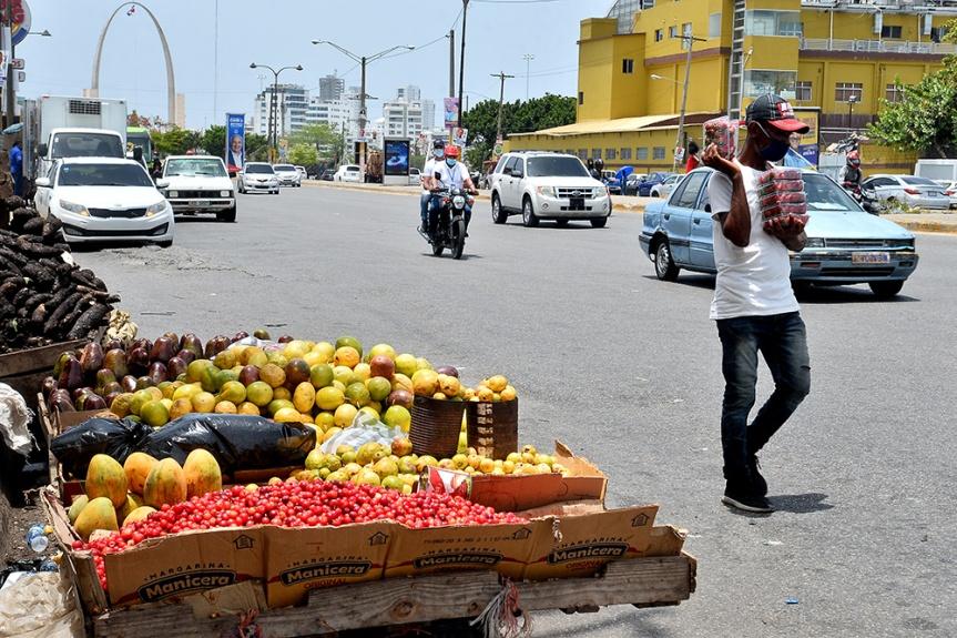 Vendedores ambulantes se han apoderado nuevamente de Pintura en Santo DomingoOeste