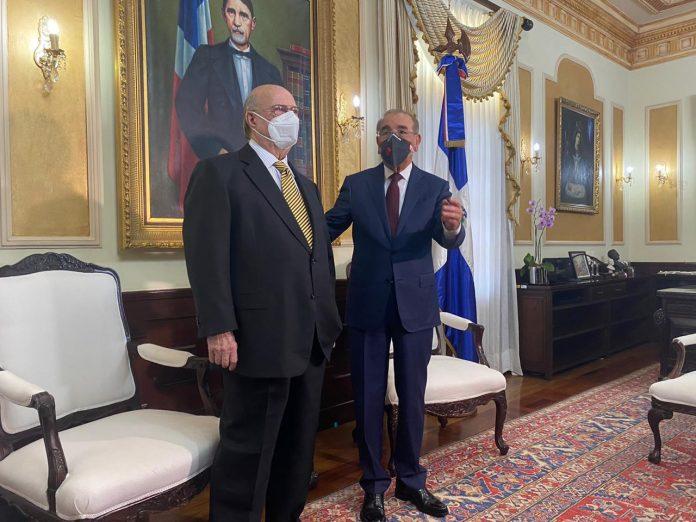 Presidente Medina recibe en el Palacio Nacional a HipólitoMejía