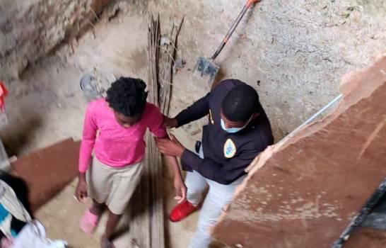 Padres dejaban amarradas a tres niñas dentro de una cisterna en Santo DomingoOeste