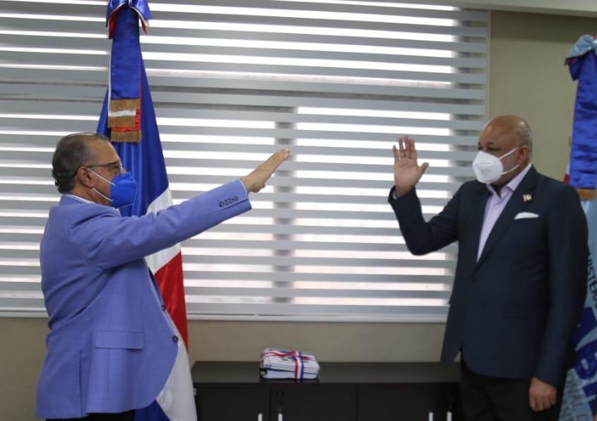 Ministro de Educación, Roberto Fulcar, juramenta director deINABIE