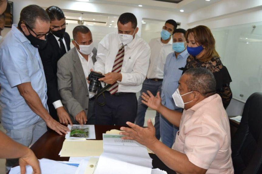 Ing. José Andújar  recibe comisión de Junta de vecinos de Engombe para aclarar ubicación del Mercado de laPulga.