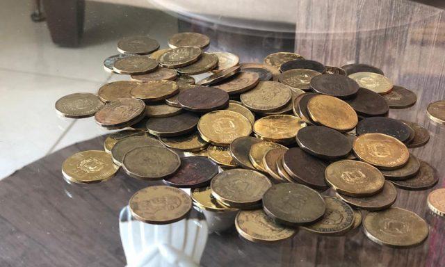 Colmados y choferes se niegan a aceptar monedas de unpeso