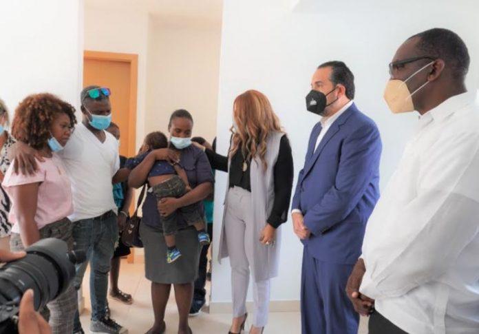 Alcalde de Los Alcarrizos entrega vivienda prometida por presidente Abinader a familia de niña ultimada enasalto