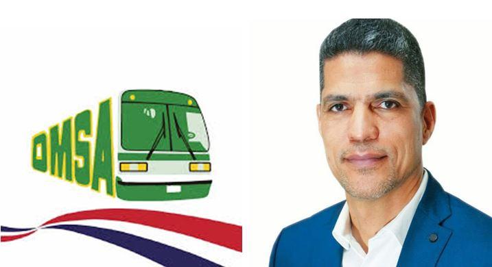 El Director de Operaciones de la OMSA Lic. Rafael García facilista autobús de la OMSA a deportista de Voleibol de Santo DomingoOeste.