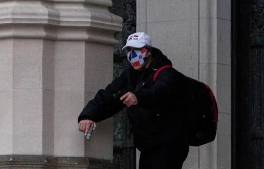 Hombre con mascarila de los colores de bandera RD tirotea en catedralNY