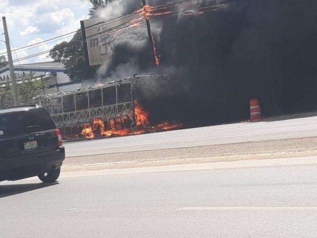 Se incendia autobús de la OMSA en la autopistaDuarte