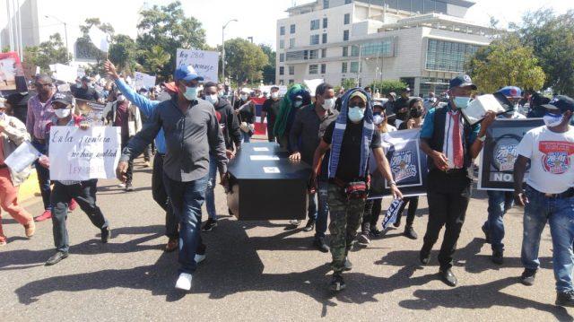 """Fronterizos """"protestan"""" frente al Congreso Nacional por la continuidad de la Ley28-01"""