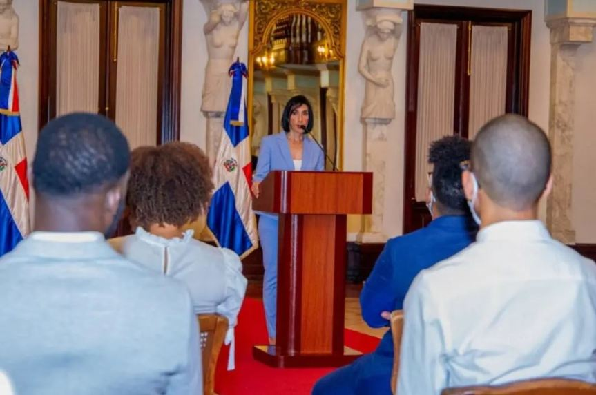 La primera dama exhorta a los jóvenes a denunciar los malessociales