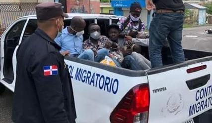 Dirección de migración deportó 130 haitianos que vivían en RD de formaclandestina.