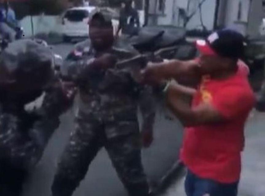 Fuertes enfrentamiento entre ciudadanos y miembros de la Policía enSDE