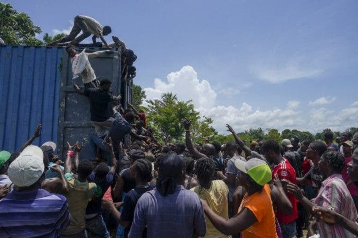 Haitianos saquean alimentos y suministros trassismo
